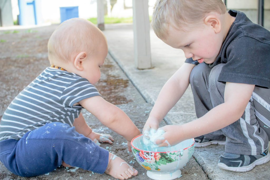 You need this recipe for oobleck! It's an edible slime recipe that ISN'T tasty! #oobleck #slime #edibleslime #toddler #preschooler #craft